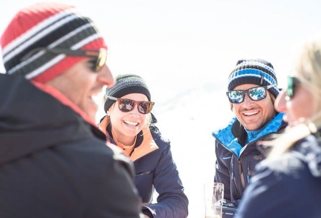 Freunde im Winter © Stöckli Swiss Sports AG